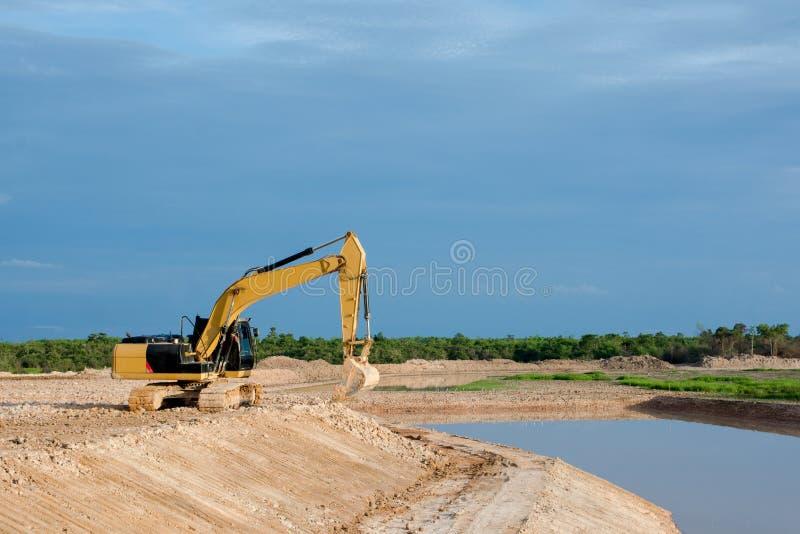 Rive mobile fonctionnante de travaux de la terre de machine jaune d'excavatrice au chantier de construction images libres de droits