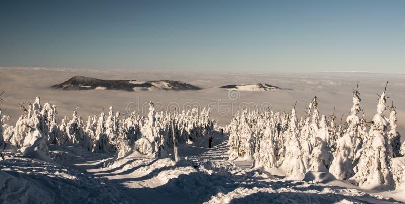 Rive montagneuse d'Ondrejnik depuis le sentier de randonnée en contrebas de la colline de Lysa hora en République tchèque en hi images stock