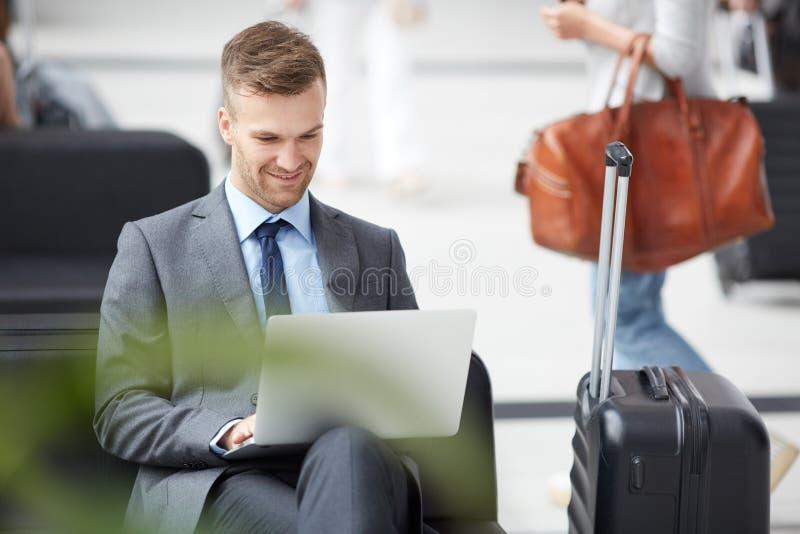 Rivenditore che lavora con i dati online in aeroporto immagine stock libera da diritti