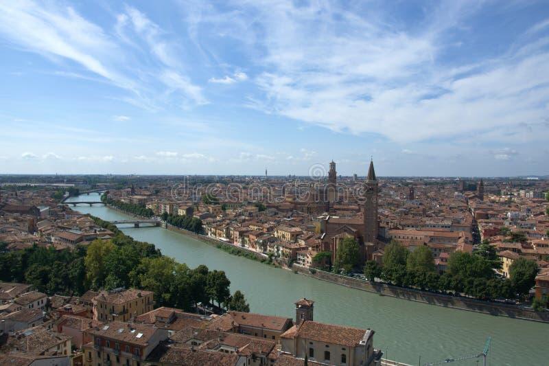River Adige проходит через красивую Верону, город Romeo и Giulia стоковое изображение rf