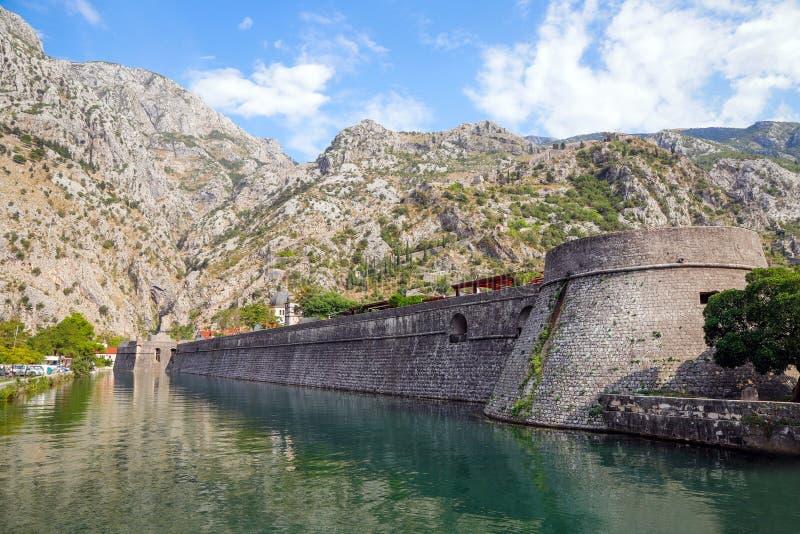 River gate in de oude stad Kotor, Montenegro Skurda Najaar, september 2019 royalty-vrije stock fotografie