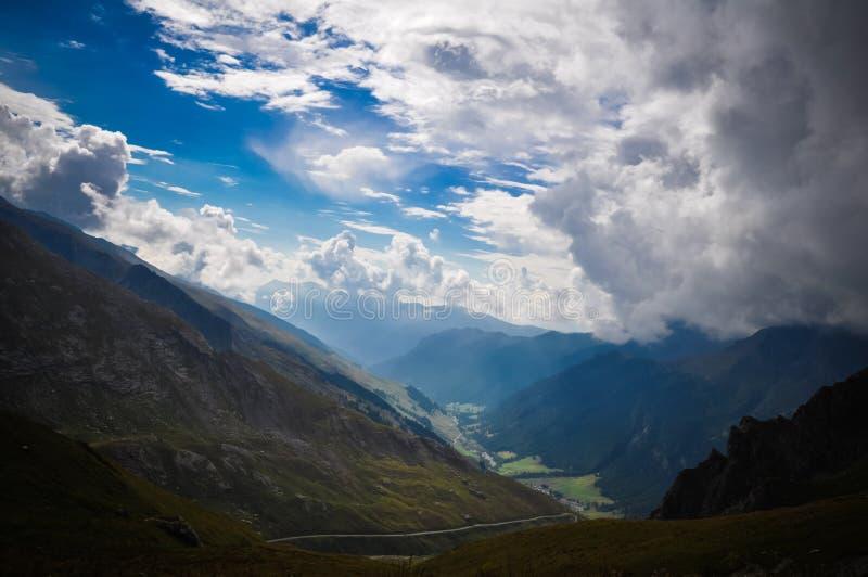 River Valley dans les Alpes photo stock