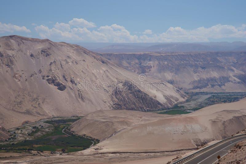 River Valley no deserto fotos de stock