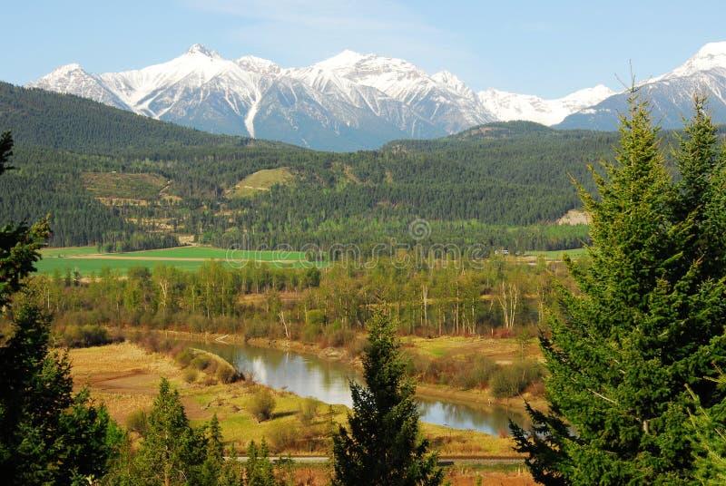 River Valley und Berge lizenzfreies stockbild