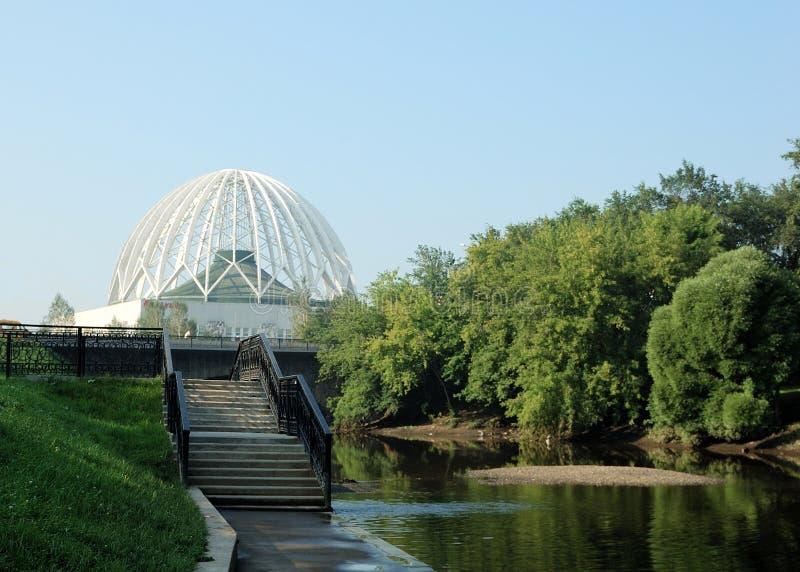 Riverbank, arriba y edificio del tracery imagen de archivo libre de regalías