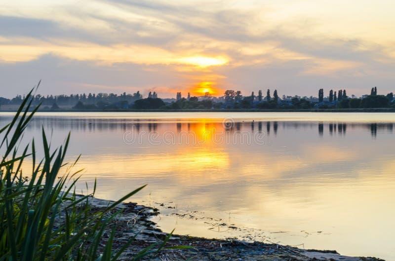 Riverbank bij zonsondergang royalty-vrije stock fotografie