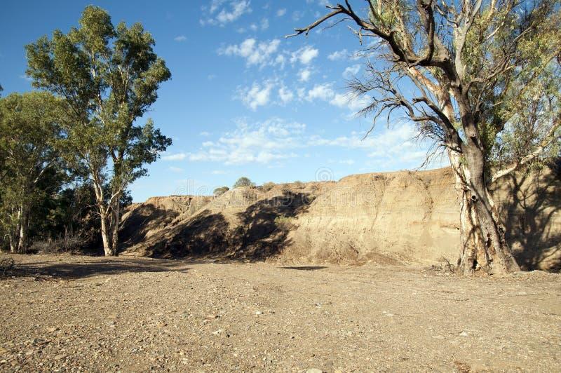 Riverbank expuesto que muestra las capas de arena depositadas a lo largo de la historia foto de archivo