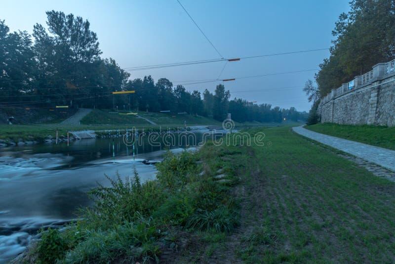 Riverbank Ostravice tidigt på morgonen Ostrava, Tjeckien arkivbild