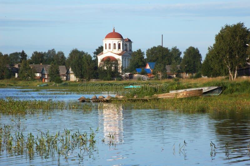 Riverbank van oude stad Kargopol stock afbeelding