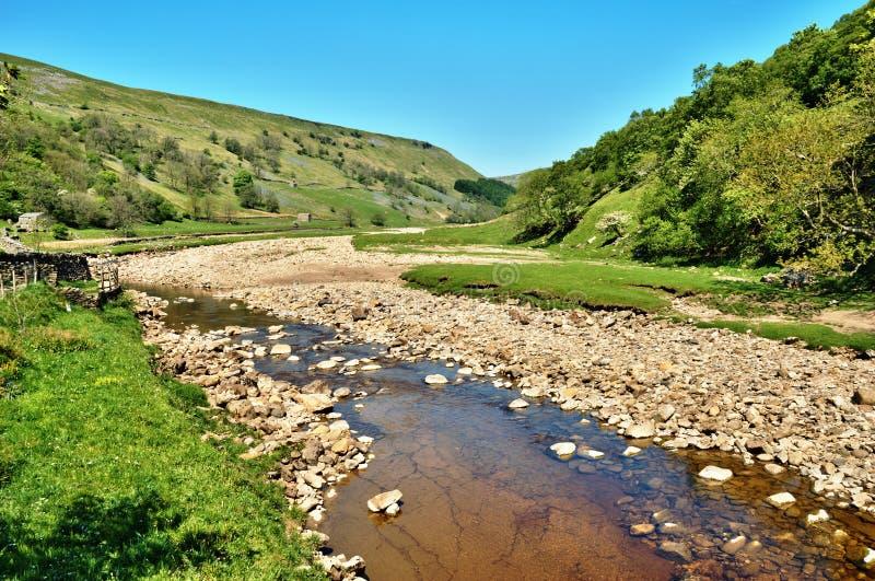 Riverbed rochoso do rio Swale foto de stock