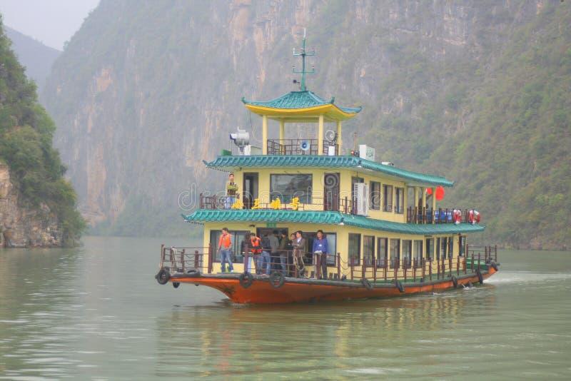 Riverboat die Yangtze-Rivier kruisen royalty-vrije stock afbeeldingen