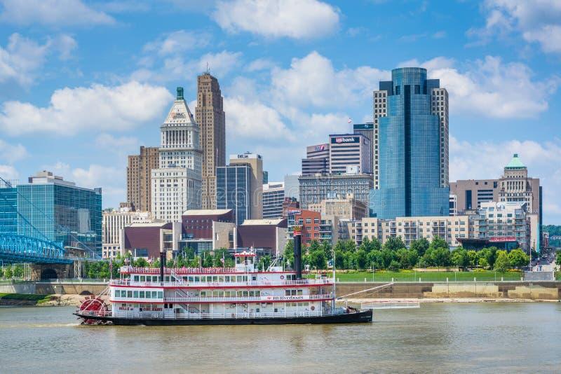 Riverboat i Cincinnati linia horyzontu od Newport, Kentucky zdjęcie royalty free