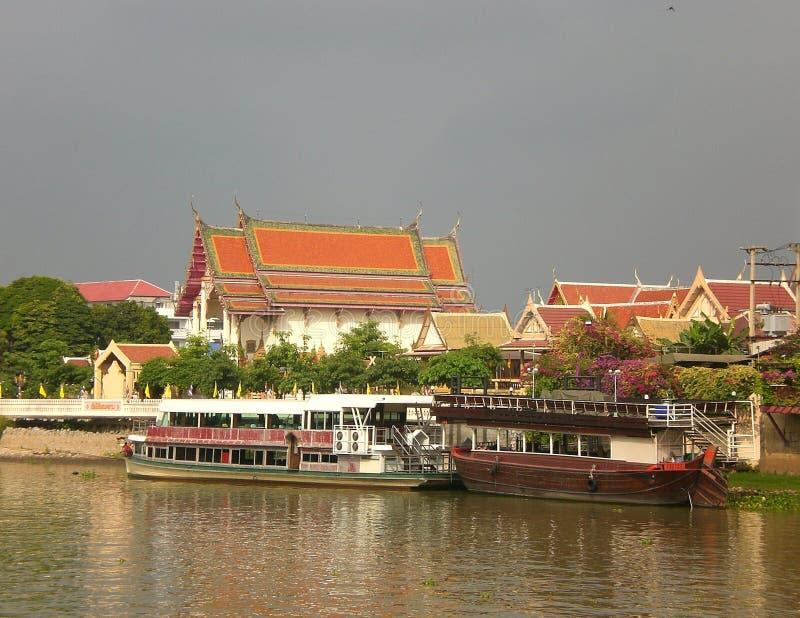 Riverboats i świątynie w Ayutthaya, Tajlandia fotografia stock
