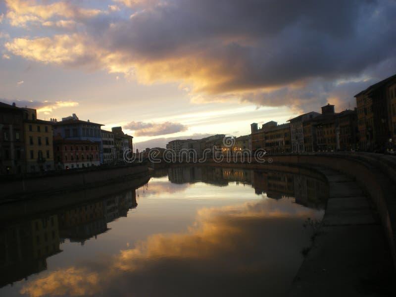 Riveret Arno på skymning Pisa Tuscany royaltyfri foto