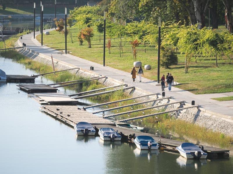 Riverside Promenade στον ποταμό Mosoni Danube στο Győr, Ουγγαρία στοκ φωτογραφία