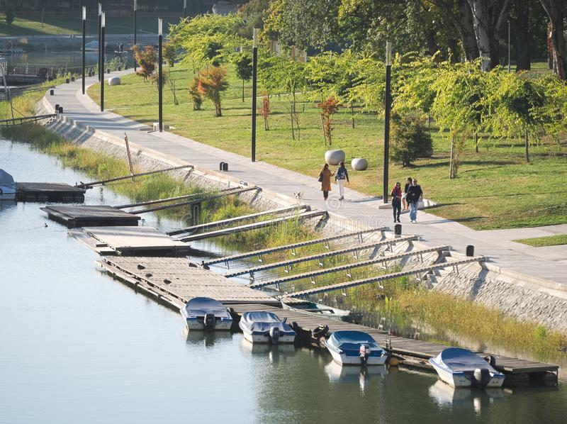 Riverside Prostrane vid floden Mosoni Donau i Győr, Ungern arkivbild