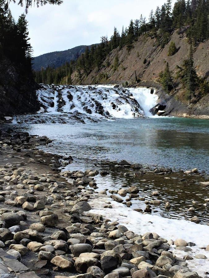 Riverstones und Wasserfall, Nationalpark des Bogen-Fluss-, Banff stockfotos