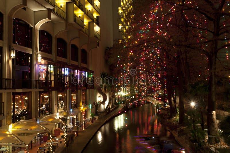 Riverwalk在圣安东尼奥在节假日的晚上 库存图片