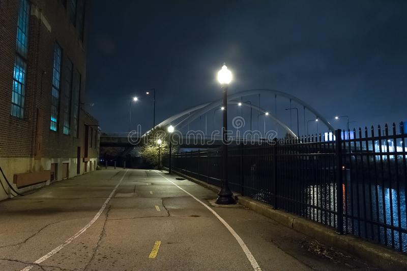 Riverwalk散步和城市桥梁在晚上 库存图片