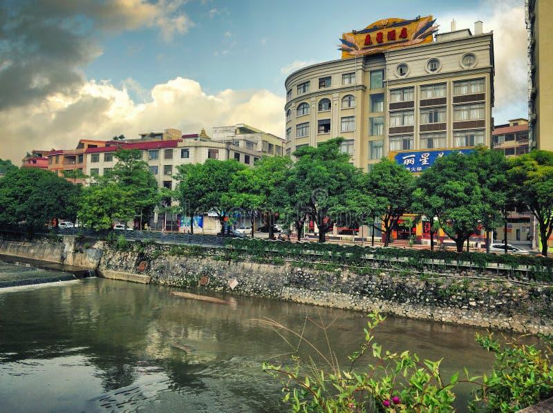 Riverwalk реки Nanshan смотреть на с блоками гранита стоковое фото rf