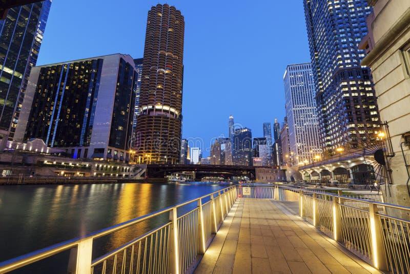 Riverwalk in Chicago bij nacht royalty-vrije stock afbeelding