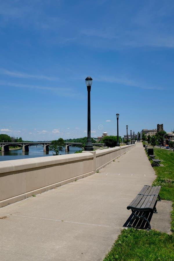 Riverwalk con los bancos a lo largo del río Susquehanna imagen de archivo libre de regalías