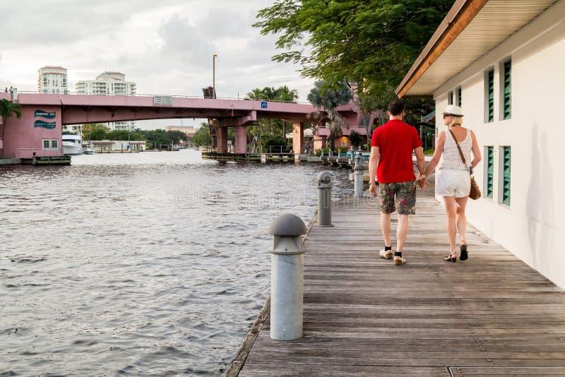 Riverwalk mit Leuten im Fort Lauderdale, Florida lizenzfreie stockfotos