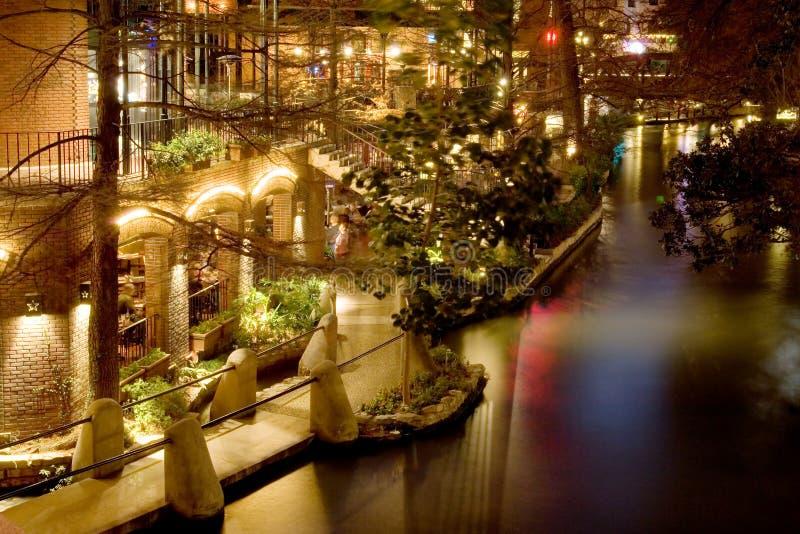Riverwalk nachts stockbilder