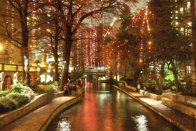 Riverwalk in San Antonio nachts an den Feiertagen stockfotografie