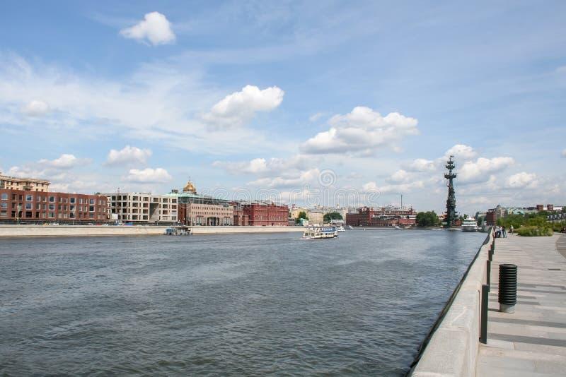 Riverwalk von Moskva-Fluss, wenn die Boote entlang es segeln und dem Monument zum Zar Peter der Gro?e im Abstand stockbild