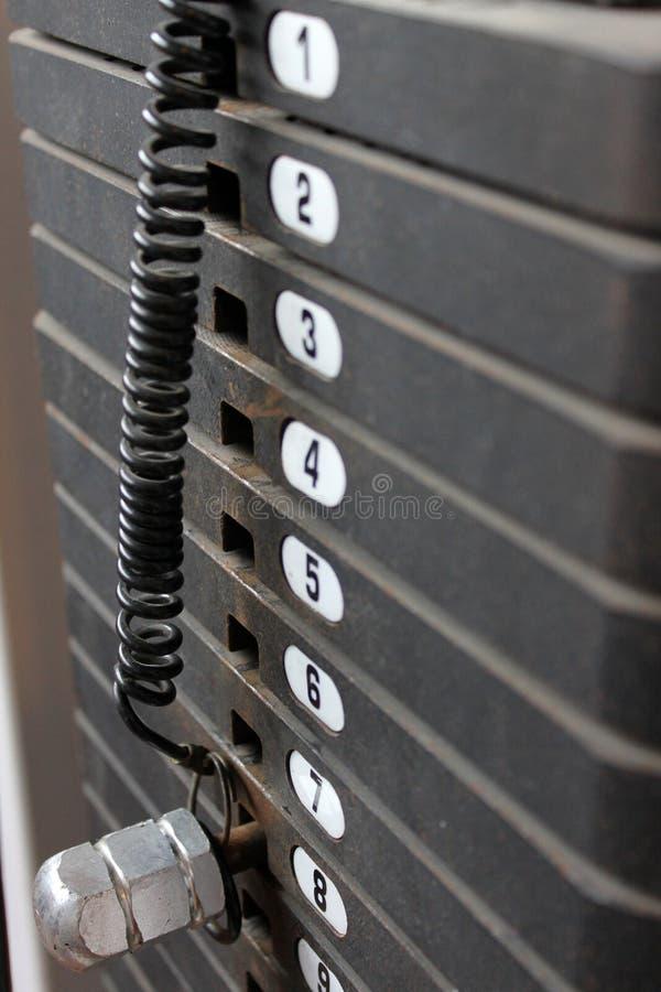 Rivesta di ferro i pesi sulla macchina di esercitazione, composit verticale fotografie stock libere da diritti