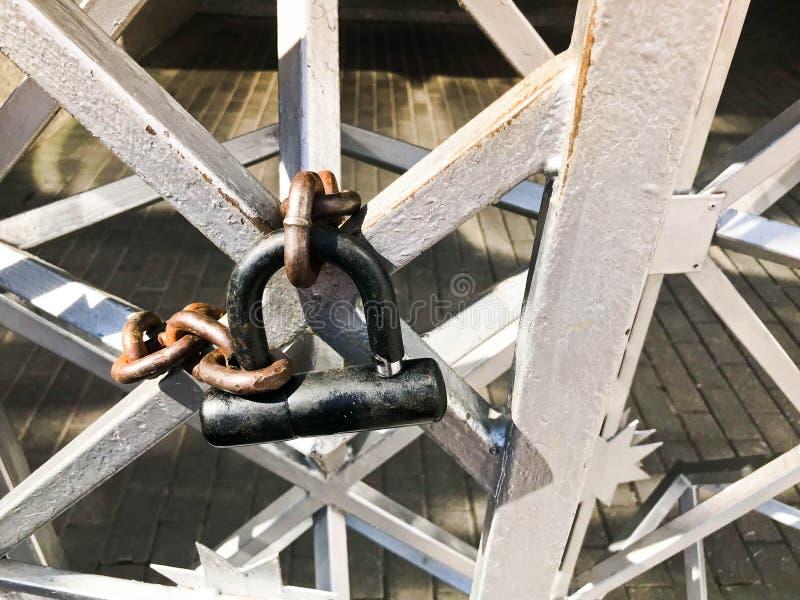 Rivesta di ferro i portoni, recinto della barra di metallo congelato su una forte vecchia catena arrugginita dei collegamenti su  fotografia stock libera da diritti