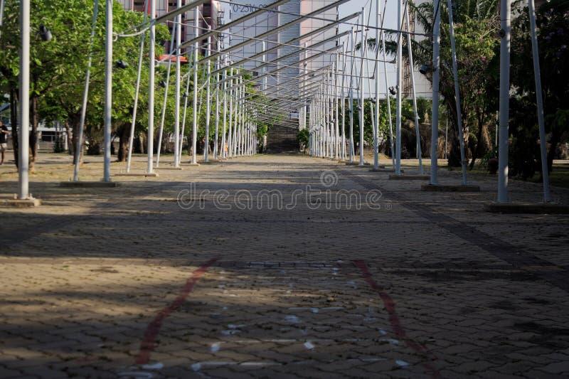 Rivesta di ferro il corridoio della conduttura nei precedenti del parco costruendo immagine stock