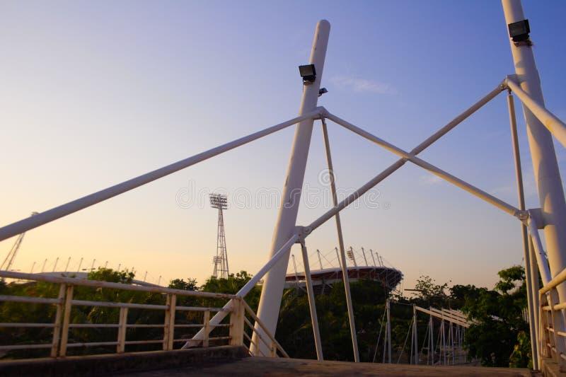 Rivesta di ferro la linea ponte e un fondo del tubo dello stadio fotografia stock
