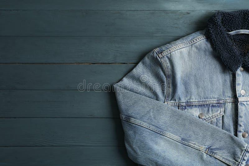 Rivestimento del denim su fondo di legno fotografie stock