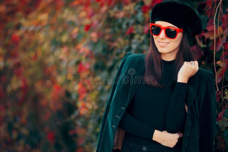 Rivestimento e berretto d'uso del velluto della ragazza di modo in autunno immagini stock