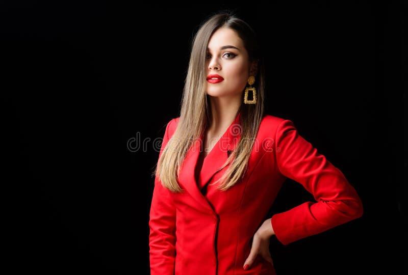 Rivestimento rosso convenzionale di signora sicura di affari della ragazza Splendido ed alla moda Trucco impeccabile e gioielli p immagini stock