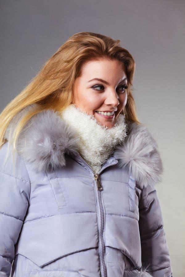 Rivestimento simile a pelliccia caldo d'uso di inverno della donna fotografie stock libere da diritti