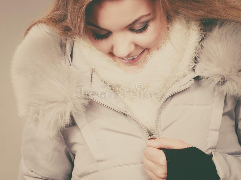 Download Rivestimento Simile A Pelliccia Caldo D'uso Di Inverno Della Donna Felice Immagine Stock - Immagine di godere, inverno: 117980363