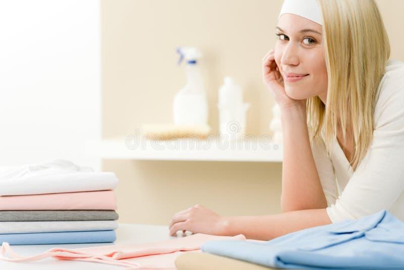 Rivestire di ferro della lavanderia - rottura della donna dopo lavori domestici fotografia stock