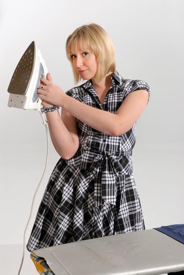Rivestire di ferro entusiastico della casalinga fotografia stock libera da diritti