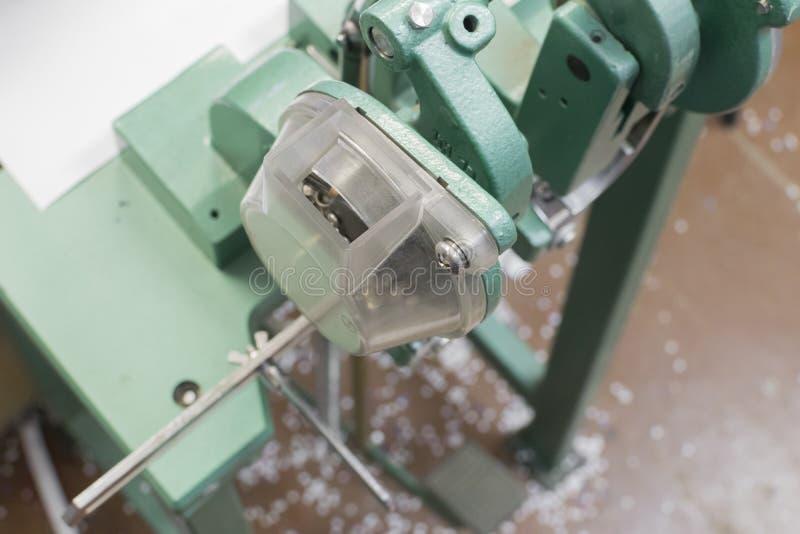Rivetez ou serrez le mashine pour postprinting photo libre de droits