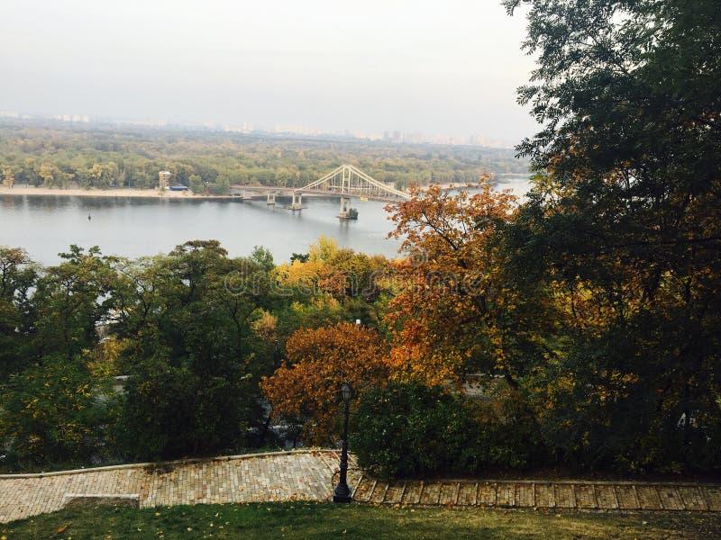 Rivière à Kiev pendant l'automne photos libres de droits