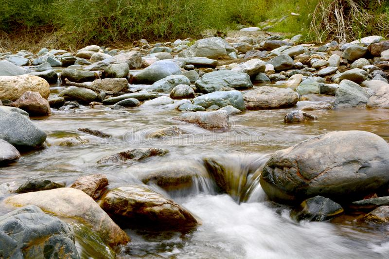 Rivière actuelle de montagne avec la rapide et les rivages rocheux images stock