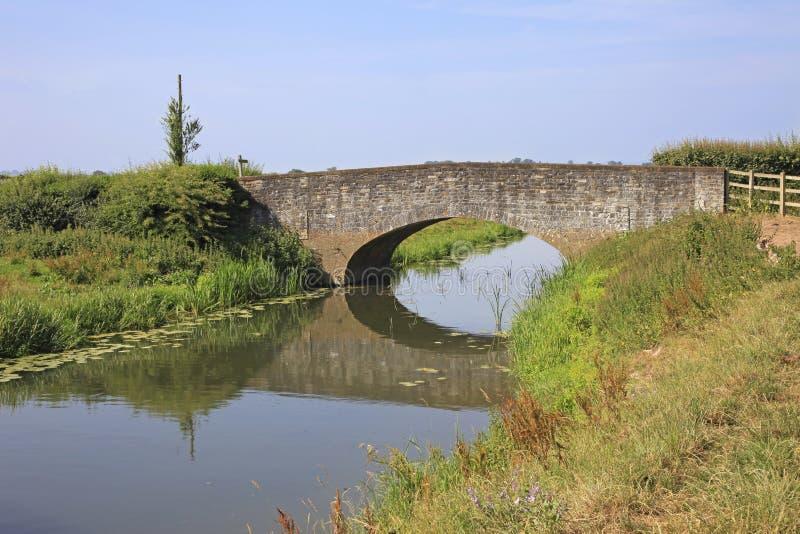 Rivière anglaise de pays et vieux pont en pierre images stock