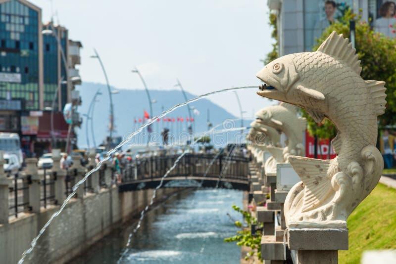 Rivière avec des fontaines dans Marmaris photos stock