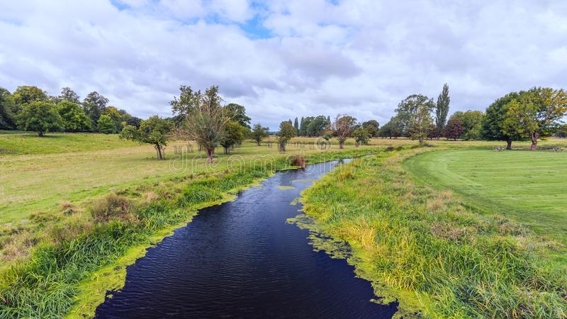 Rivière Avon, parc de Charlecote, le Warwickshire, Angleterre photographie stock libre de droits