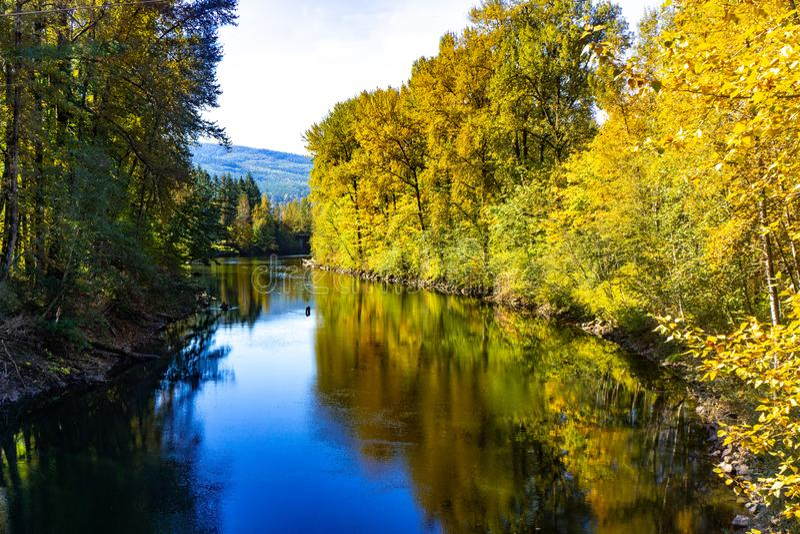Rivière bleue lumineuse Washington State images libres de droits