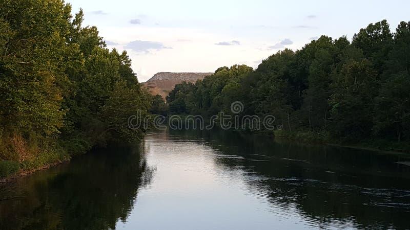 Rivière bordée d'arbres photos stock