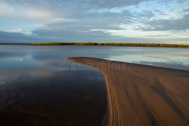 Rivière calme de matin photos stock